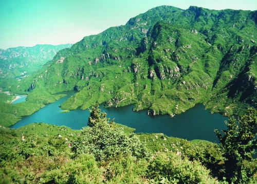 登上青龙山顶端的玉皇台,南览一望无际的京北田园旖旎风光;北赏层峦