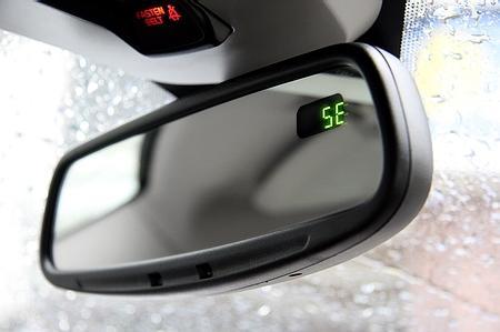 电动防眩目后视镜提供了指南针功能
